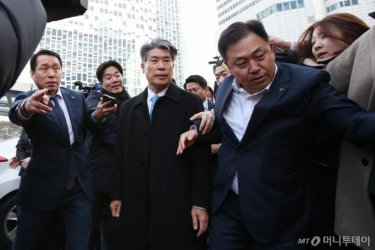 [사진]발길 돌리는 윤종원 신임 기업은행장