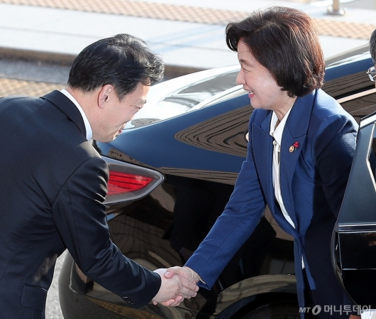 [사진]김오수 차관과 악수하는 추미애 신임 법무부 장관