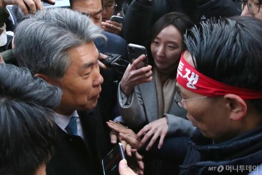 [사진]노조원들과 대화하는 윤종원 신임 IBK기업은행장
