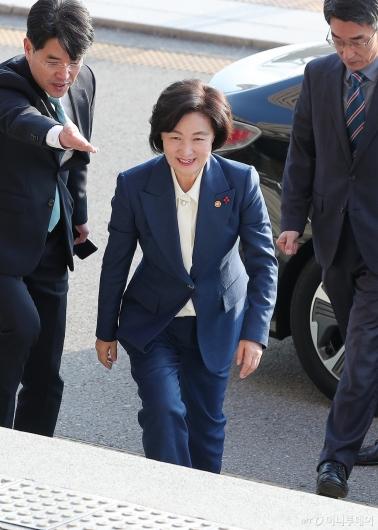 [사진]추미애 신임 법무부 장관 '미소 지으며 출근'