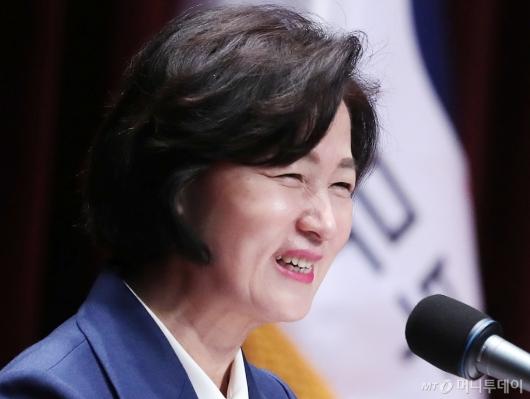[사진]미소짓는 추미애 신임 법무부 장관