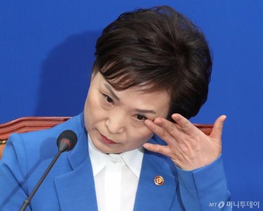 [사진]눈물 닦는 김현미 장관