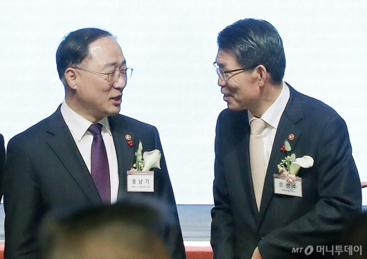 [사진]대화 나누는 홍남기 부총리-은성수 위원장