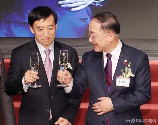 [사진]건배하는 홍남기 부총리-이주열 총재