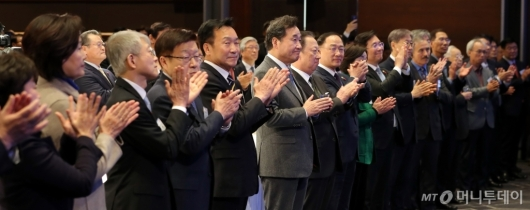 [사진]박수치는 '2020 경제계 신년인사회' 참석자들