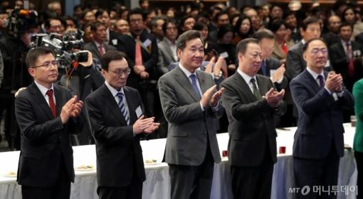 [사진]박수치는 참석자들