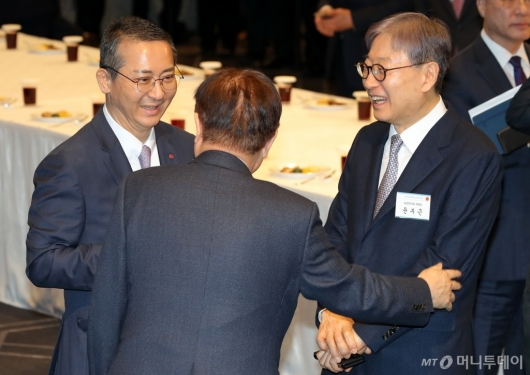 [사진]김영주 회장과 이야기하는 권영수-윤부근 부회장