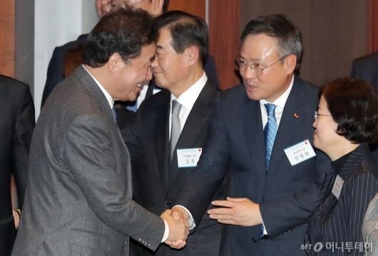 [사진]악수하는 이낙연 총리-장동현 사장