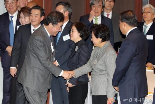 [사진]악수하는 이낙연 총리-현정은 회장