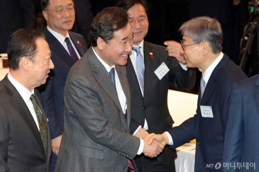 [사진]악수하는 이낙연 총리-윤부근 부회장