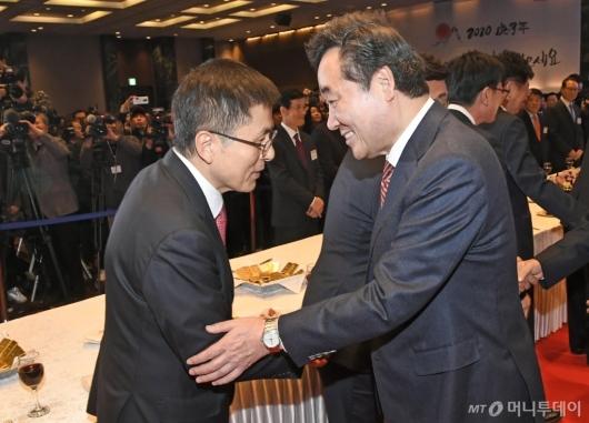 [사진]신년인사회에서 만난 이낙연 총리-황교안 대표