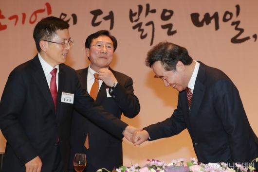 [사진]인사하는 이낙연 총리-황교안 대표