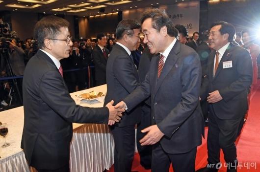 [사진]악수하는 이낙연 총리-황교안 대표