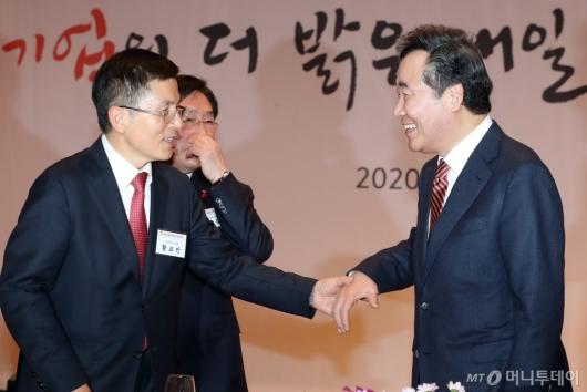 [사진]이야기하는 이낙연 총리-황교안 대표