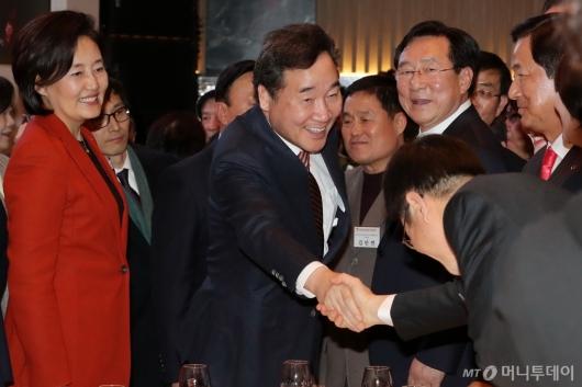 [사진]중소기업인과 악수하는 이낙연 총리