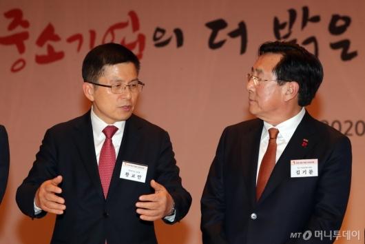 [사진]이야기하는 황교안 대표-김기문 회장