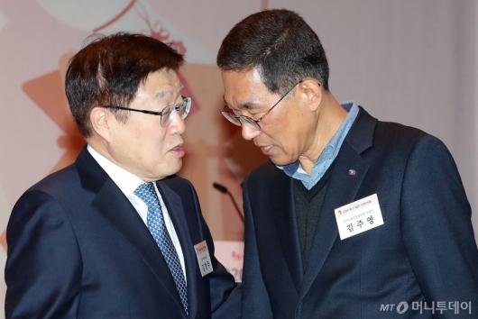 [사진]이야기하는 김영주 회장-김주영 위원장