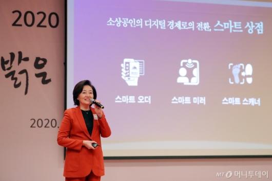 [사진]'스마트 상점' 소개하는 박영선 장관
