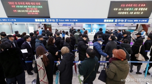 [사진]설 연휴 승차권 기다리는 시민들