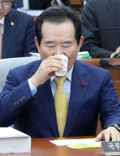 [사진]물 마시는 정세균 국무총리 후보자