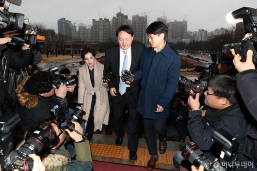 [사진]추미애 장관 예방 위해 법무부 찾은 윤석열 총장