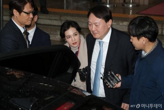 [사진]차량 오르는 윤석열