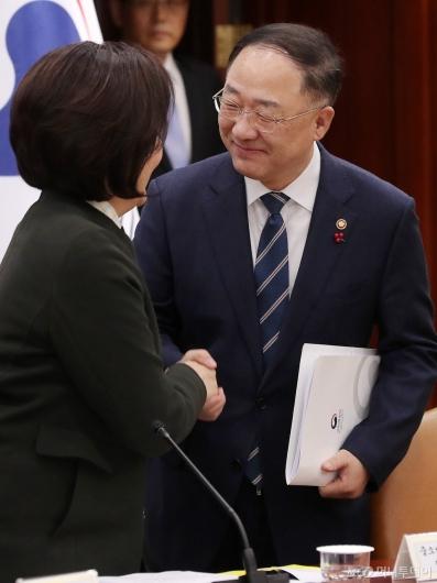[사진]박영선 장관과 악수하는 홍남기 부총리
