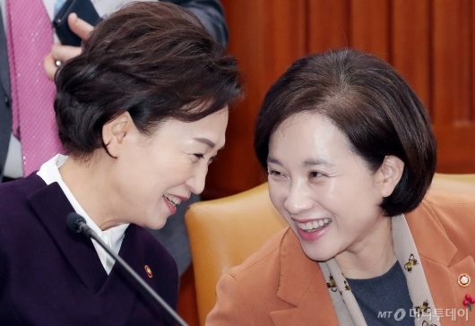 [사진]대화 나누는 유은혜-김현미