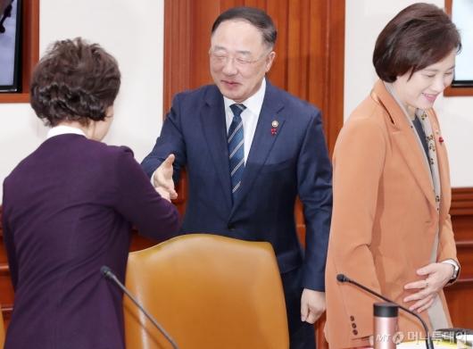 [사진]장관들과 인사 나누는 홍남기 부총리