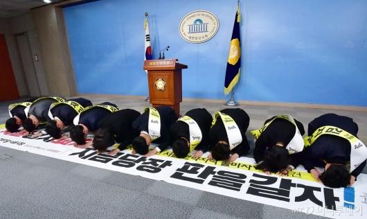 [사진]큰절하는 정의당 서울지역 출마자