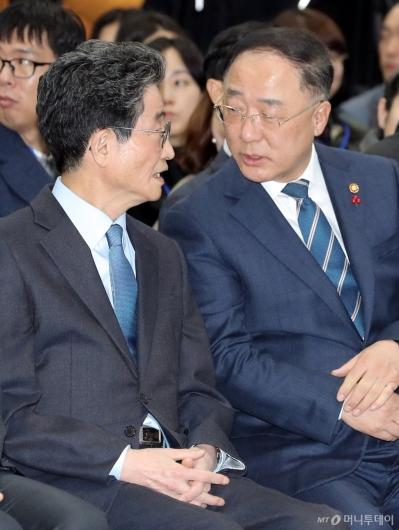 [사진]이야기하는 홍남기 부총리-이목의 부위원장