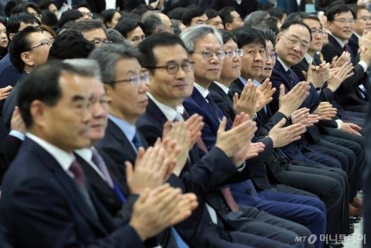 [사진]박수치는 '공공기관 채용정보 박람회' 참석자들