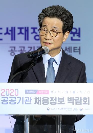 [사진]인사말하는 이목희 일자리위원회 부위원장