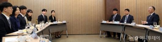 [사진]구직자들 목소리 듣는 홍남기 경제부총리