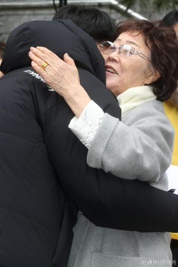 [사진]'마음을 전하는 포옹'