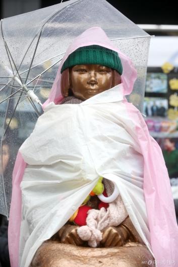 [사진]우산 쓴 소녀상