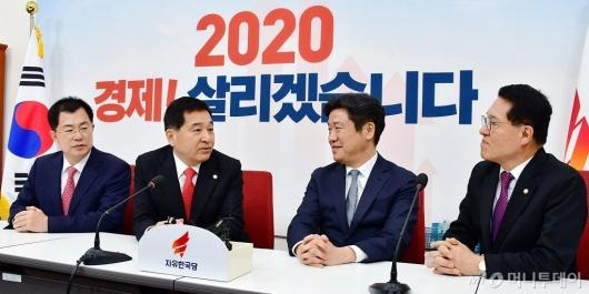 [사진]한국당 방문한 유의동 원내대표