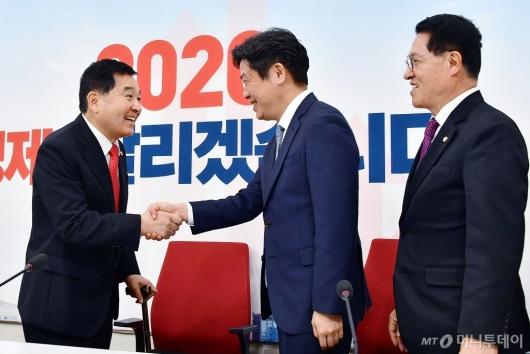 [사진]손잡는 심재철-유의동