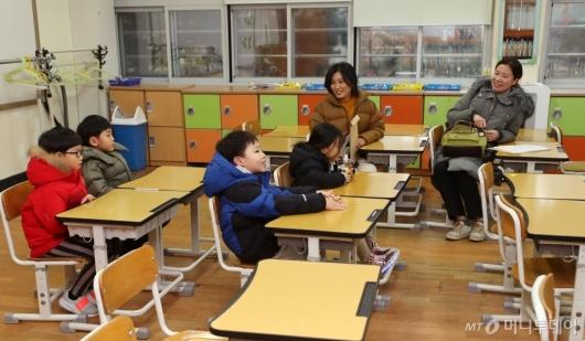 [사진]예비 초등학생들의 교실 구경