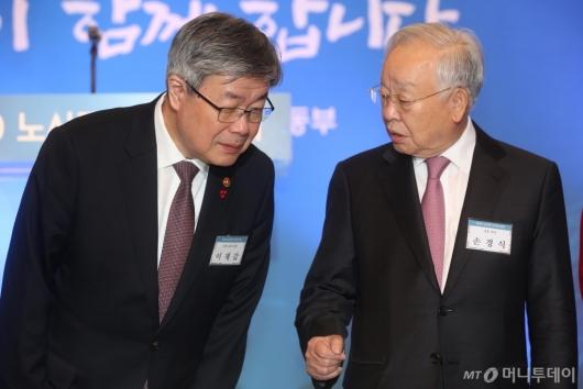 [사진]대화 나누는 이재갑 장관-손경식 회장
