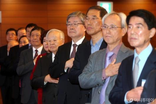 [사진]국민의례하는 노·사·정 신년 인사회 참석자들