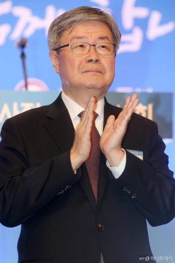 [사진]박수 보내는 이재갑 장관