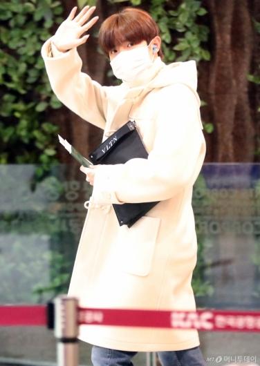 [사진]김재환 '잘다여올게요'