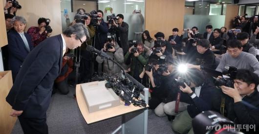 [사진]인사하는 삼성 준법가시위원장 내정자 김지형 변호사