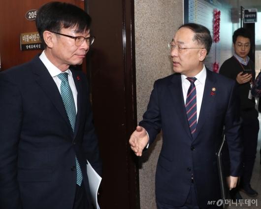[사진]이란사태 보고 위해 국회 방문한 홍남기-김상조
