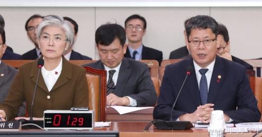 [사진]질의 답변하는 김연철 장관
