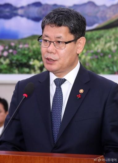 [사진]현안 보고하는 김연철 장관