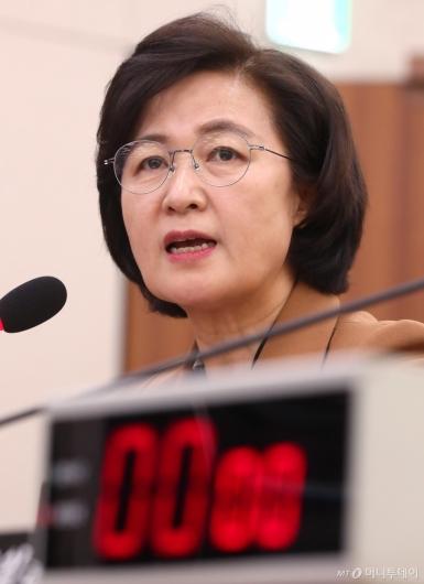 [사진]법사위 답변하는 추미애 장관