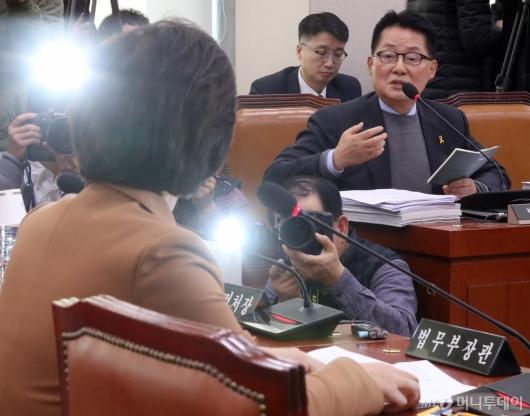 [사진]추미애 장관에게 질의하는 박지원