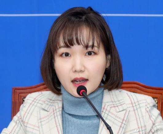 [사진]입당 소감 밝히는 홍정민